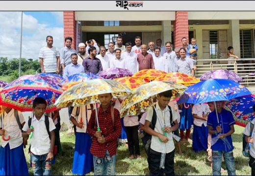শাহবাজপুরে 'বড়লেখা কমিউনিটি ট্রাস্ট ইউকে'র সহায়তায় শিক্ষার্থীদের মধ্যে ছাতা বিতরণ